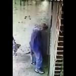 立ち小便をシャワーで撃退/Owner Installs Shower to Revenge People Peeing in His Alley