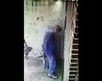立ち小便をシャワーで撃退/Owner Installs Shower to Revenge People Peeing in His Alley