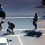 男が事故で怪我した女の子に逆ギレして暴行を加える→周りの人が怒って袋叩きに/Guy beats girl after scooter accident,  bystanders get angry and beat him up.