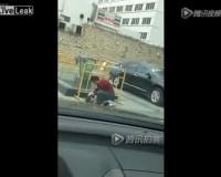 車を少し汚したという理由で酷い虐待を受ける女の子/Little girl gets beaten by Dad for dirtying his car just a little bit