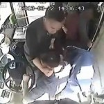 扉が当たったという理由でバスのドライバーに執拗に暴行を加える中国人/Crazy Chinese man Attacks Bus driver because door hits him.