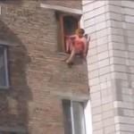 全身血だらけの男、窓から飛び降りて自殺を図る/Bloody Madman Cuts Himself And Jumps Off The Window