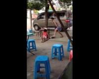 中国、子供を蹴って虐待する父親に、見かねた周りの人が怒る/China Man Abuses Daughter , Making Bystanders Angry