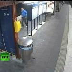 線路に落ちて貴重品を盗まれた上に列車に轢かれる男/Man Falls Onto Tracks, Gets Robbed And Run Over By Train